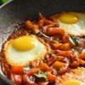 uova con pomodori e peperoni パプリカの目玉焼きのせ