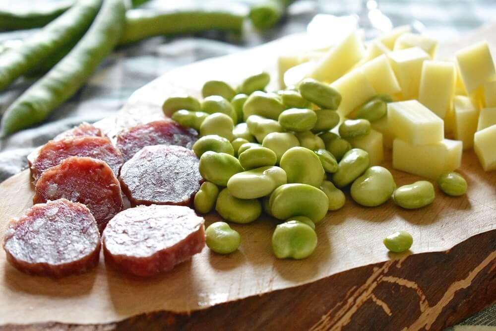 そら豆とペコリーノとサラミのおつまみ