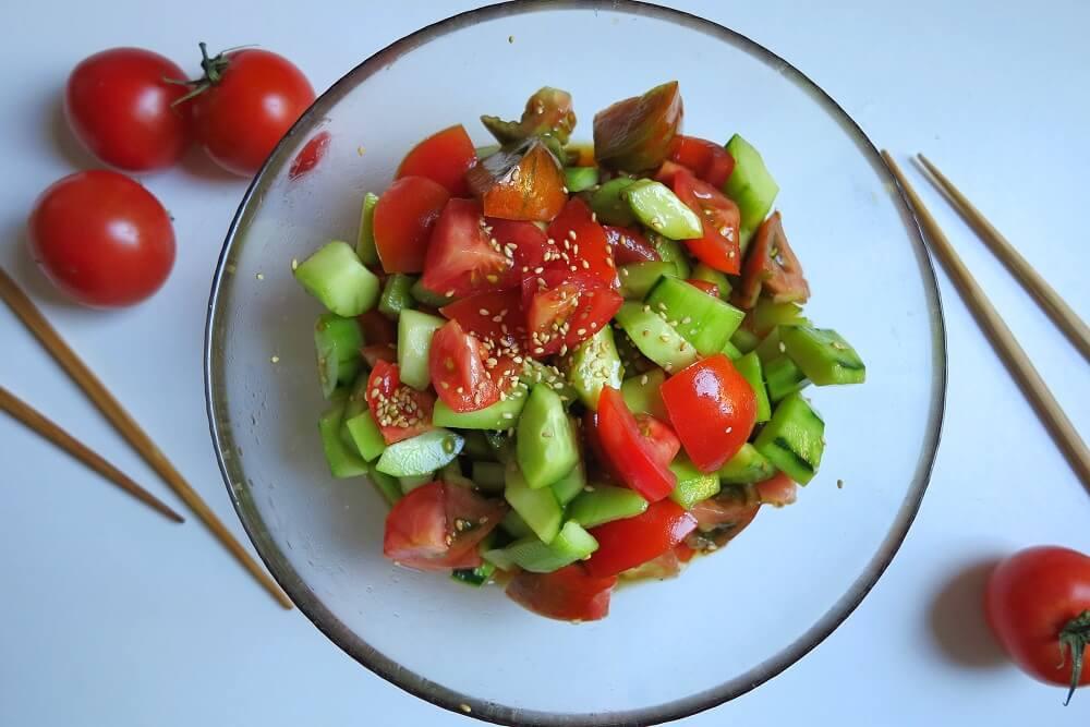insalata di pomodori e cetrioli alla giapponese