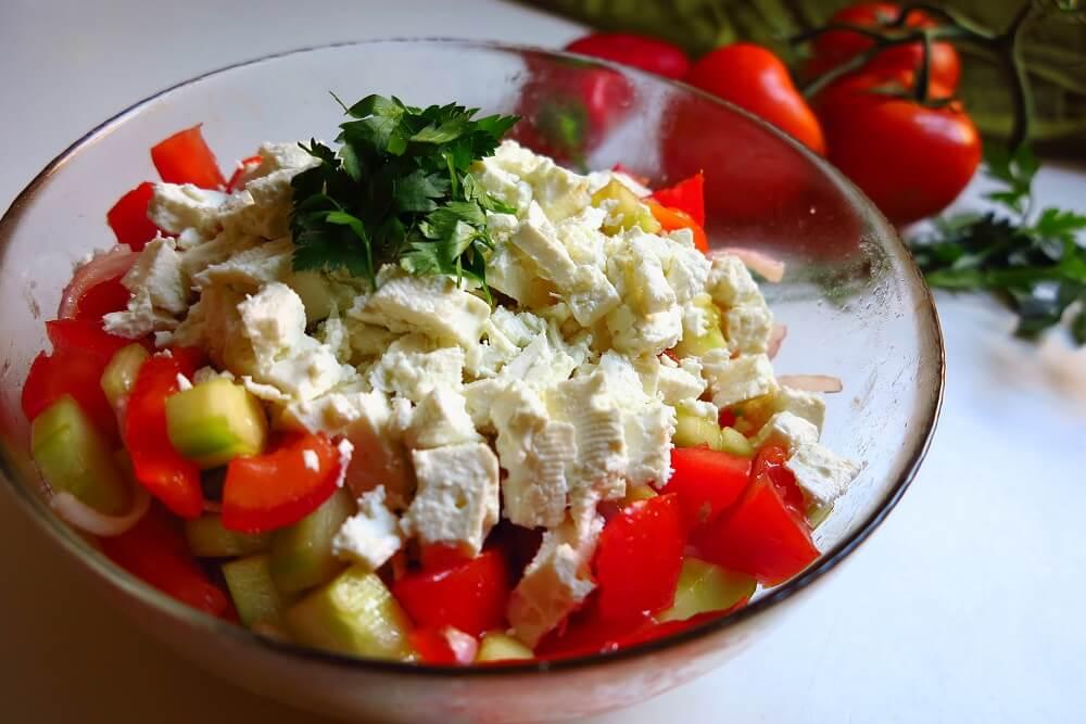 shopska salata (insalata bulgara)