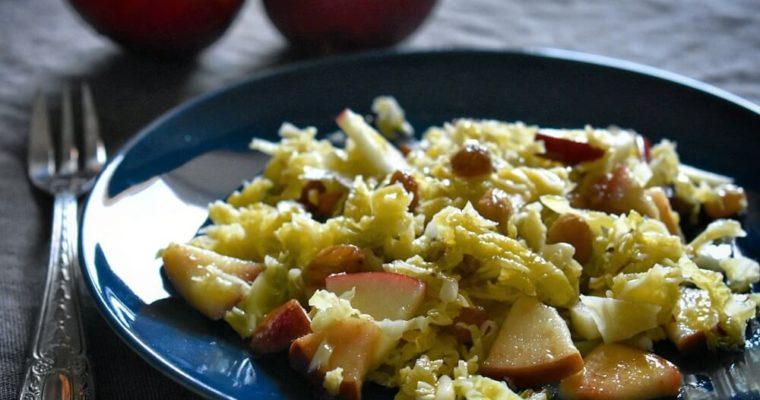 insalata di verza, mela e uva sultanina