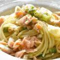 サーモンと葱のパスタ spaghetti con salmone e cipollotti
