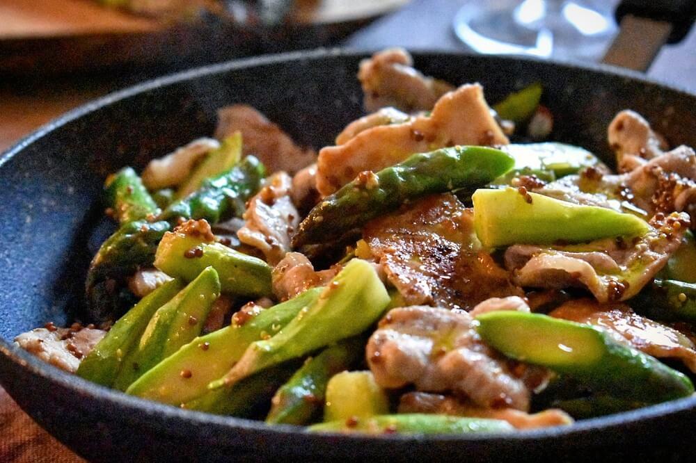 アスパラガスと豚肉のマスタード炒め lonza di maiale con asparagi e senape in grani