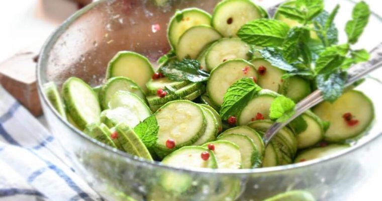 insalata di zucchine crude con menta e pepe rosa