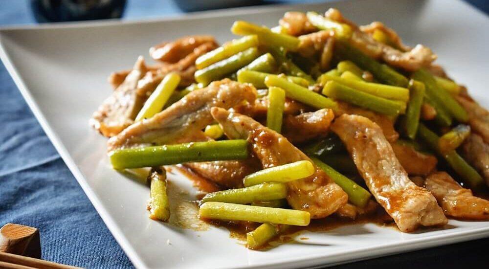 talli d'aglio e lonza di maiale in salsa di soia