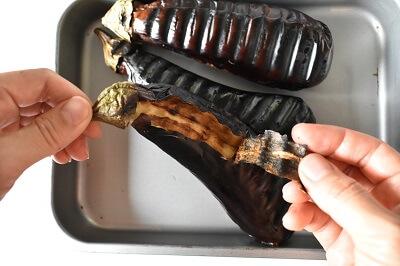 焼き茄子のアンチョビソースかけ yakinasu (melanzane arrosto) e rucola con la salsa di acciughe