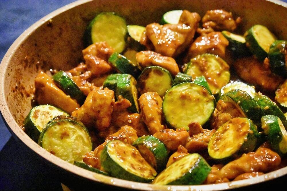 bocconcini di pollo e zucchine in salsa di miso speziato